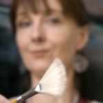 Liesbeth met waaierpenseel, foto: Ramses van der Stelt